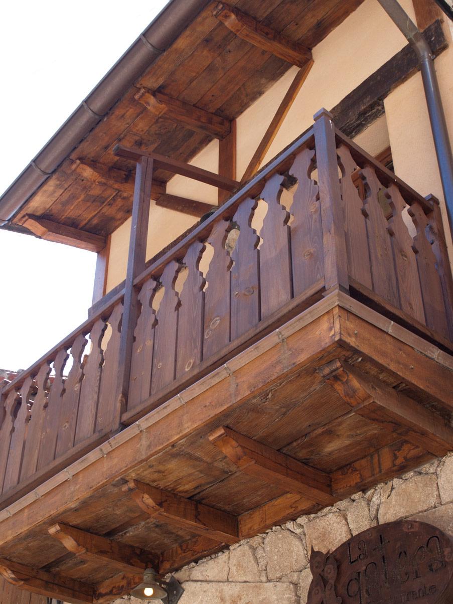 Balc n de madera construcciones la eliza for Precios de toldos para balcones